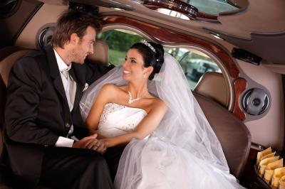 Simple Tips on how to Decorate your Wedding Limousine